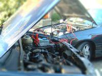 Een accu opladen (m.b.v. een andere auto)