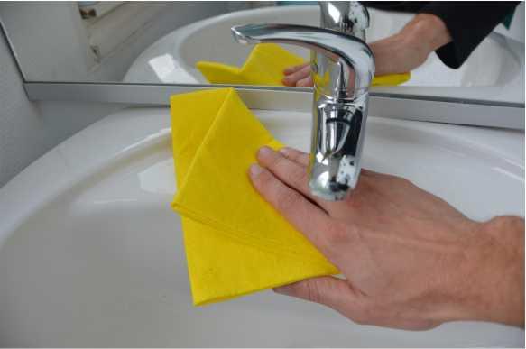 Vergeet de rand van de kraan en de wasbak niet bij het aanbrengen van het onk # Wasbak Kuisen_130117